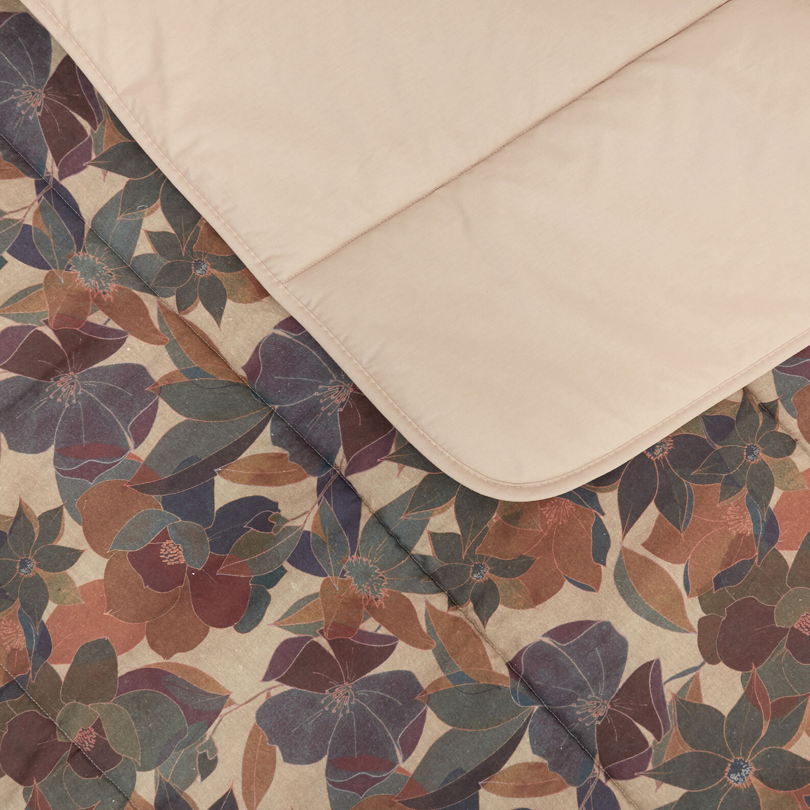 Quilt in washed 100% linen with floral pattern
