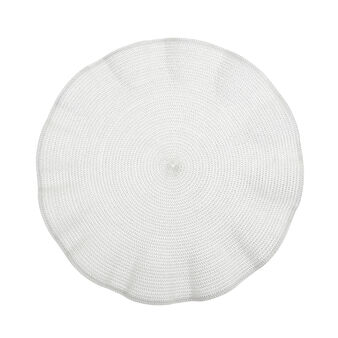 Plastic table mat with wavy edges