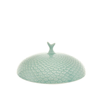 Ceramic cover with fin decoration