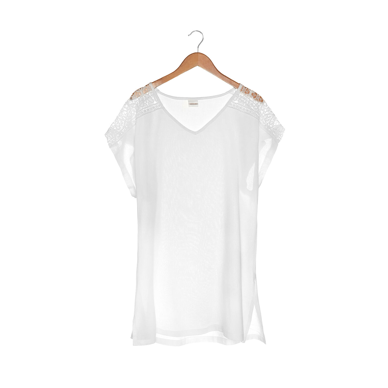 T-shirt with embroidered details on the shoulders.