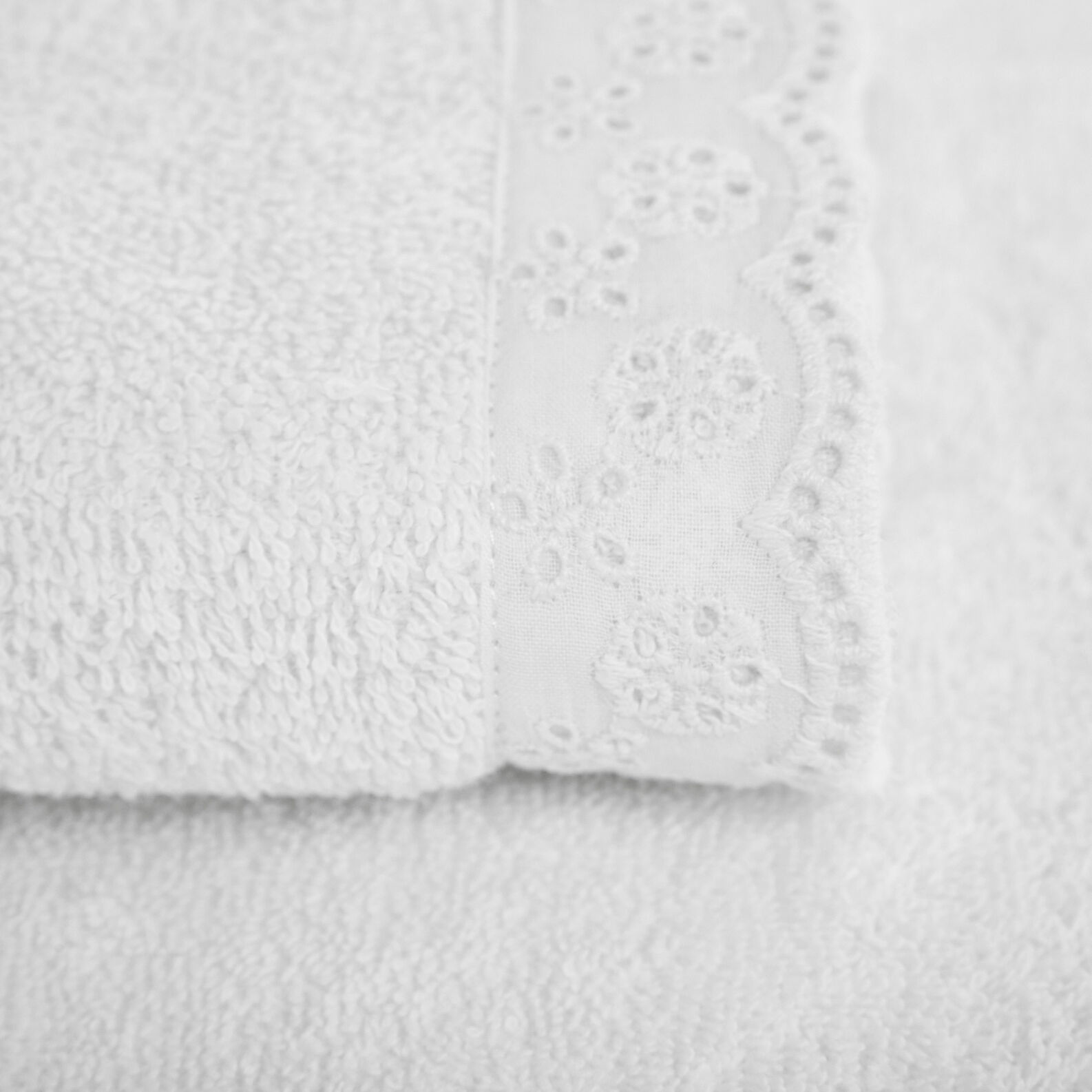 100% cotton towel with sangallo lace edging