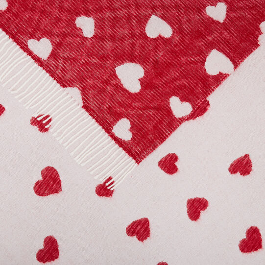 Double-sided fabric throw with hearts motif